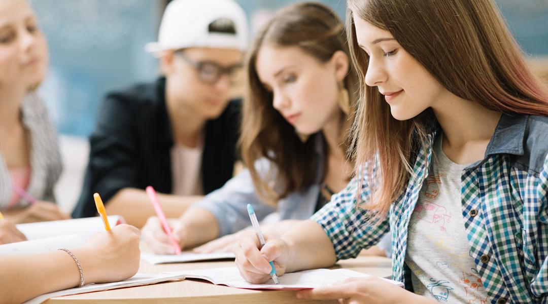Jóvenes estudiando inglés
