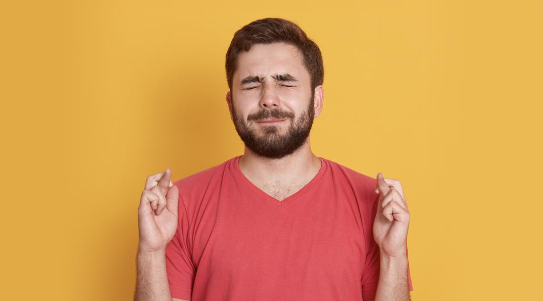 Hombre con los dedos cruzados, Look Forward