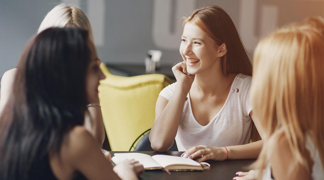 Jóvenes hablando alrededor de una mesa